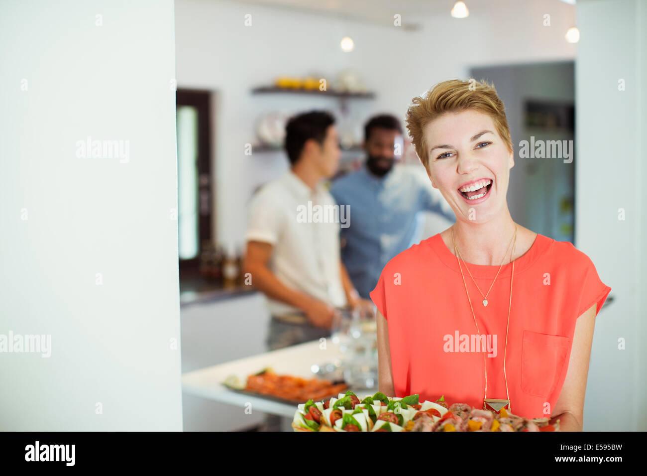 Frau mit Tablett mit Essen auf party Stockbild
