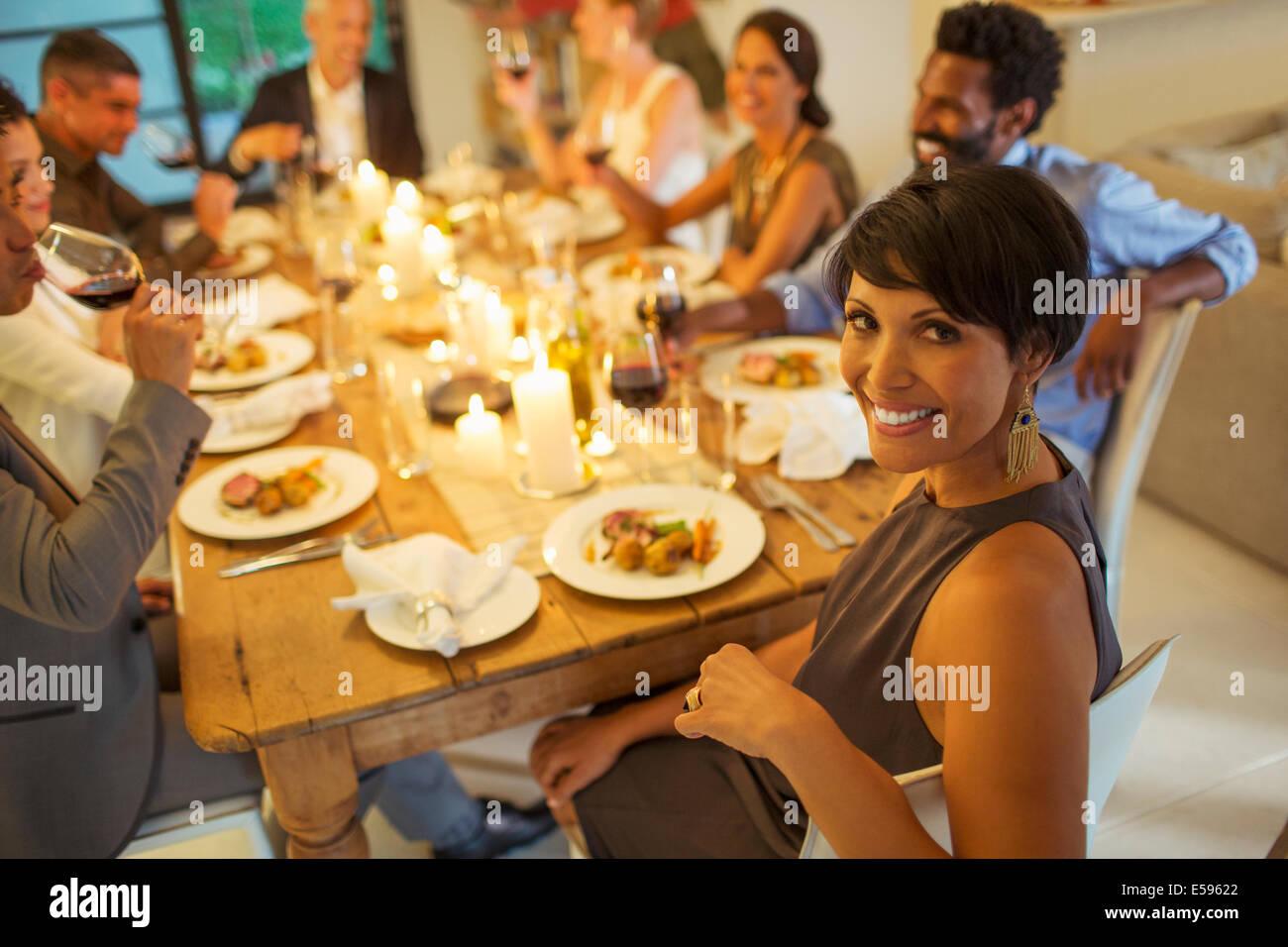 Bei Dinner-Party lächelnde Frau Stockbild