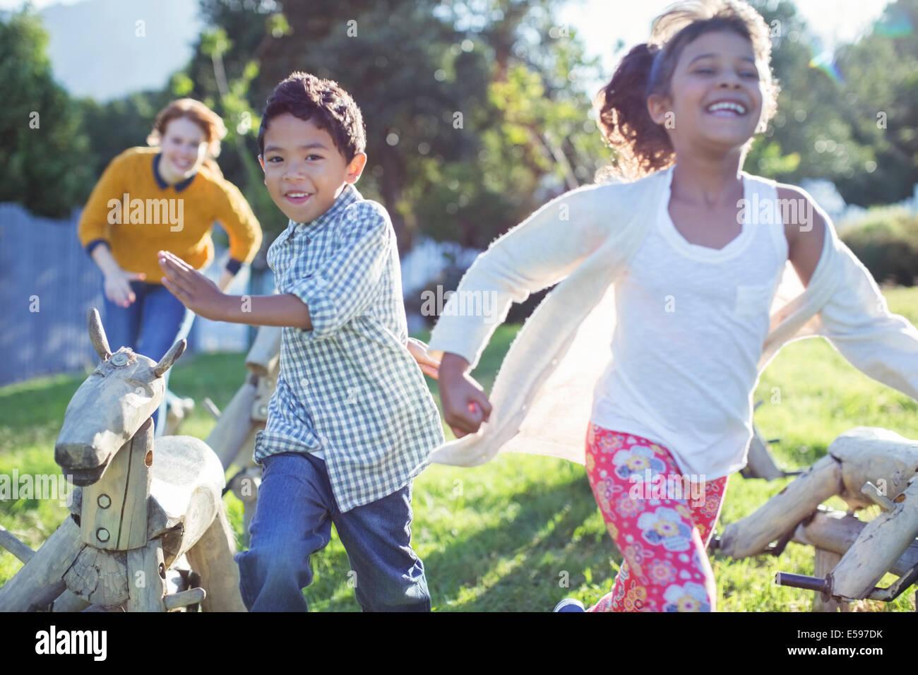 Kinder laufen im Feld Stockbild