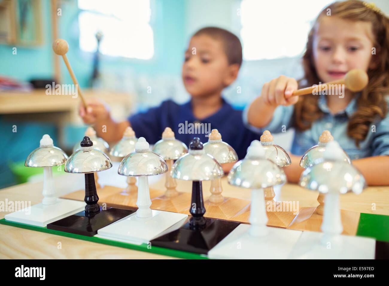 Studenten spielen Glocken in der Klasse Stockbild