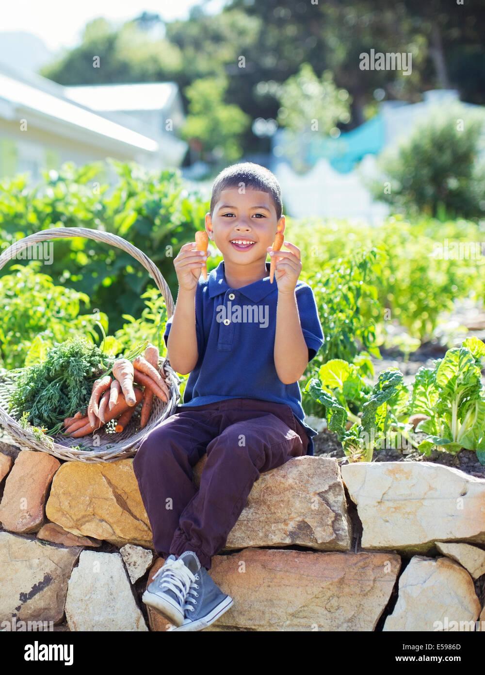 Junge mit Korb von Produkten im Garten Stockbild