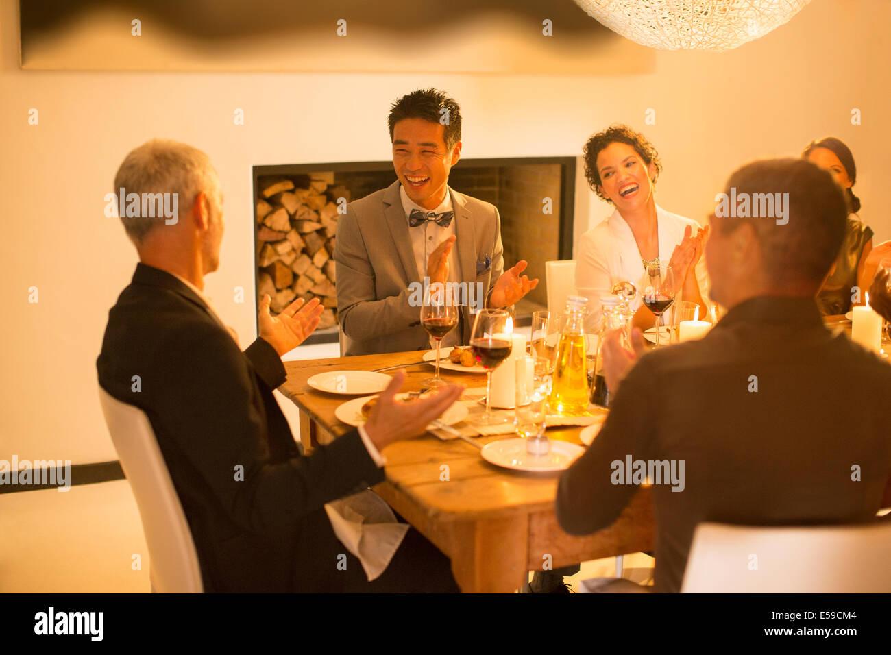 Freunde applaudieren bei Dinner-party Stockbild