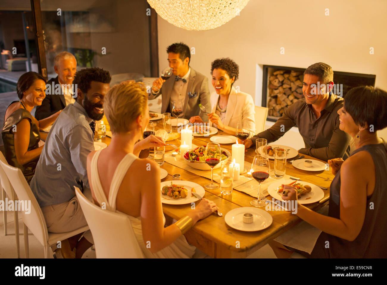 Freunde sprechen bei Dinner-party Stockbild