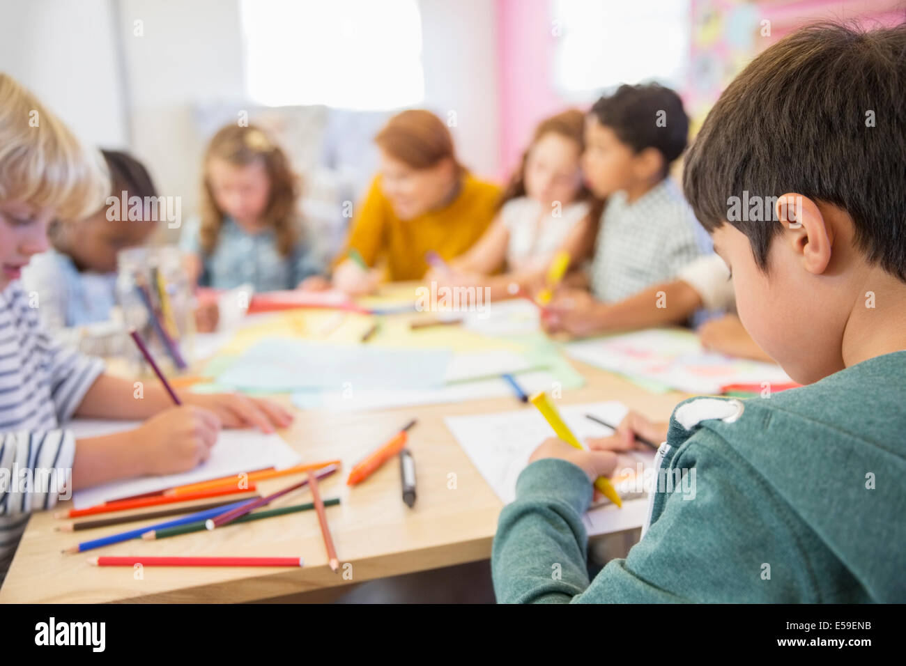Lehrer und Schüler im Klassenzimmer Stockbild