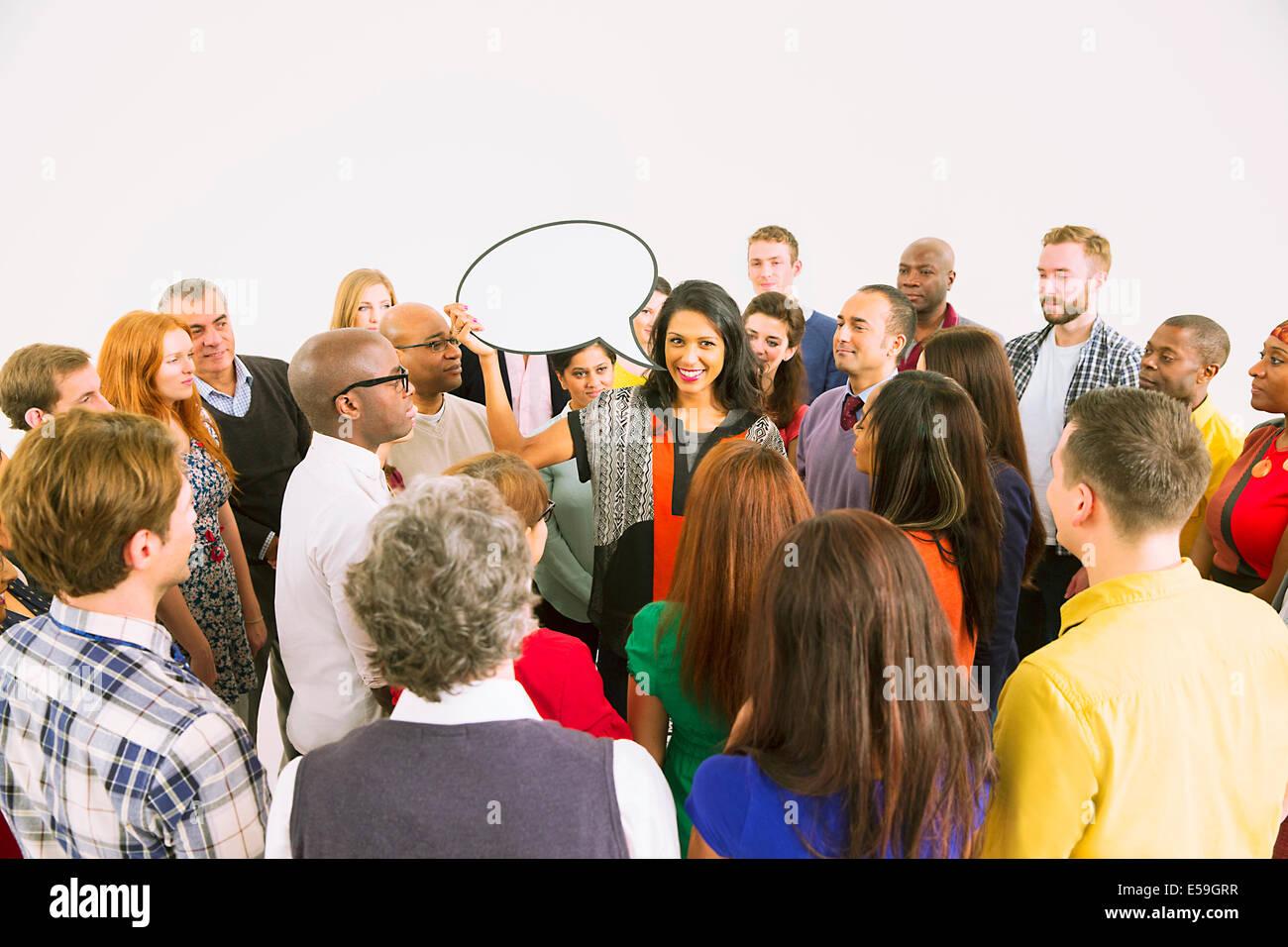 Geschäftsfrau mit Sprechblase in Menge Stockbild