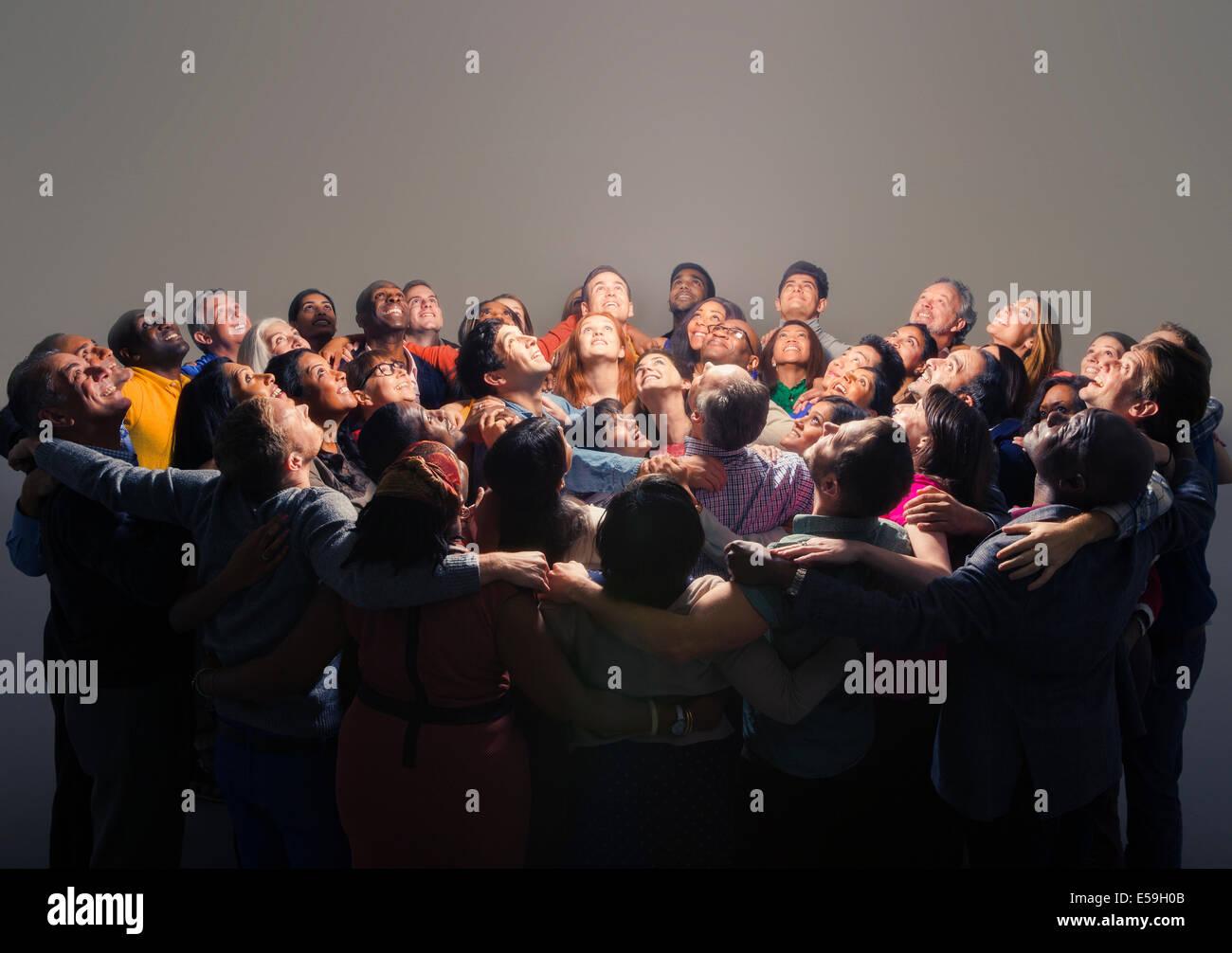 Gemischtes Publikum um helles Licht Stockbild