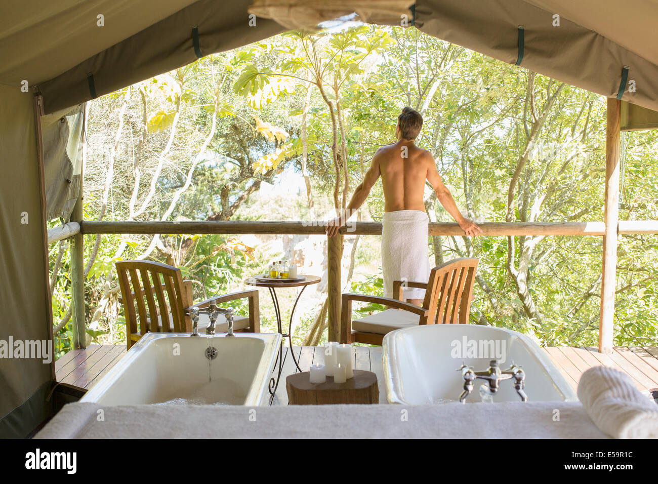 Mann in kunstvollen outdoor-spa Stockbild
