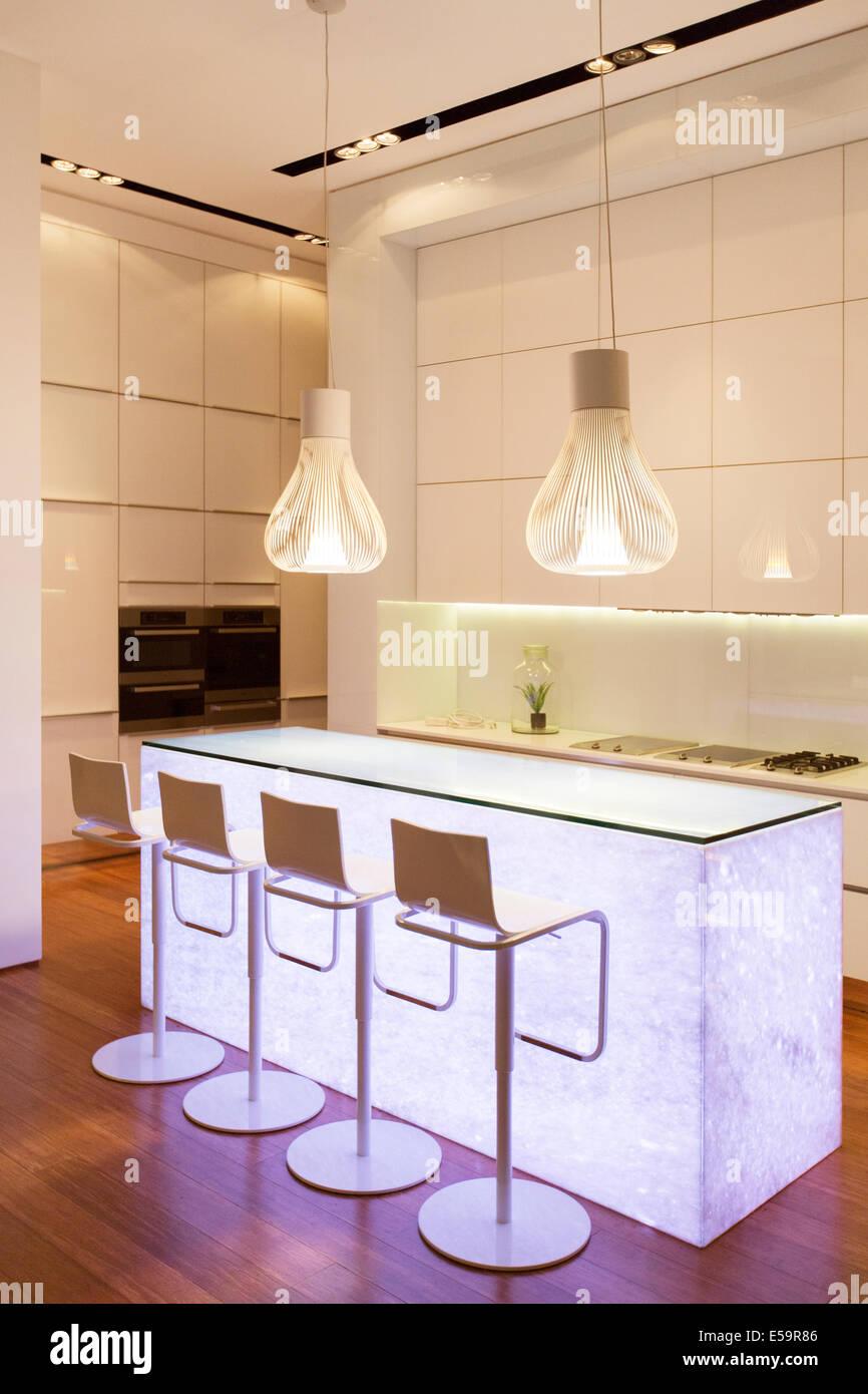 Bar-Hocker und leichte Funktionen in modernen Küche Stockbild