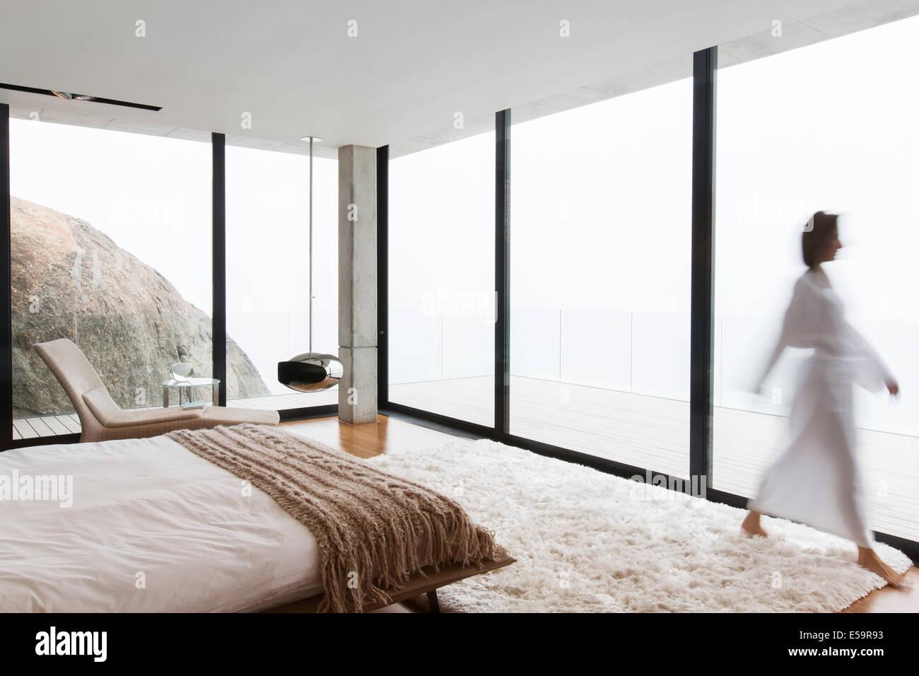 Verschwommene Sicht der Trägerin Bademantel im Zimmer Stockbild