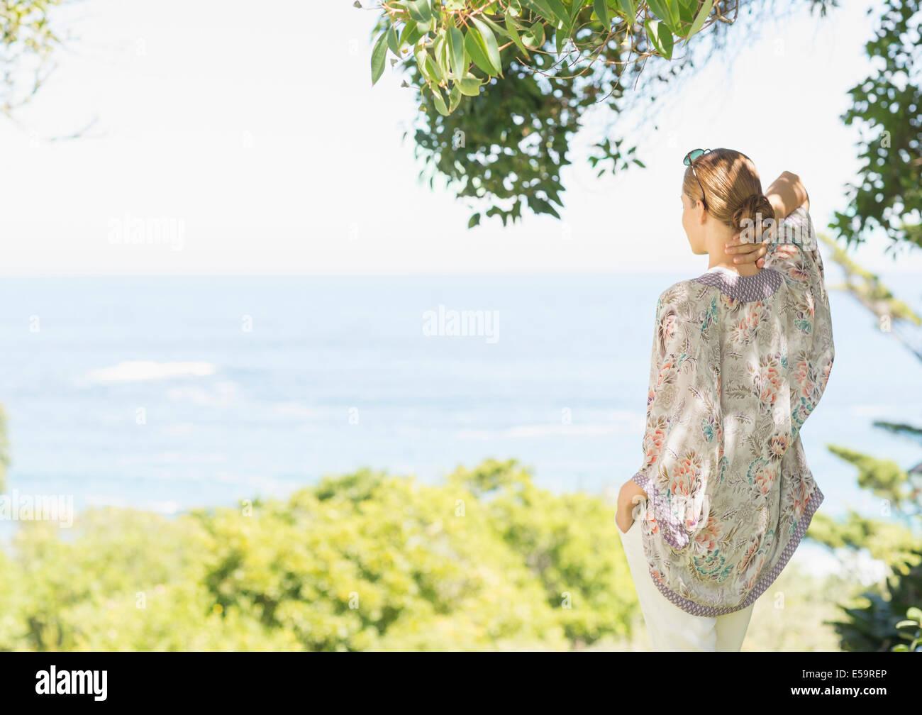 Frau mit Blick auf die Landschaft im ländlichen Raum Stockbild