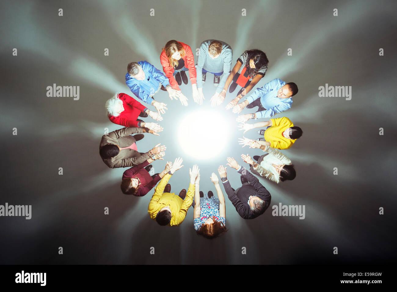 Masse bilden Kreis um helles Licht Stockbild
