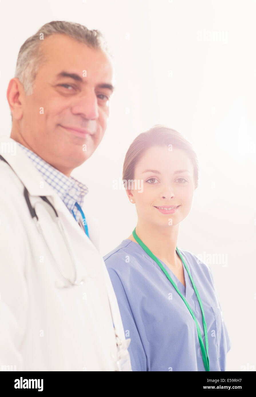 Porträt von zuversichtlich, Arzt und Krankenschwester Stockbild