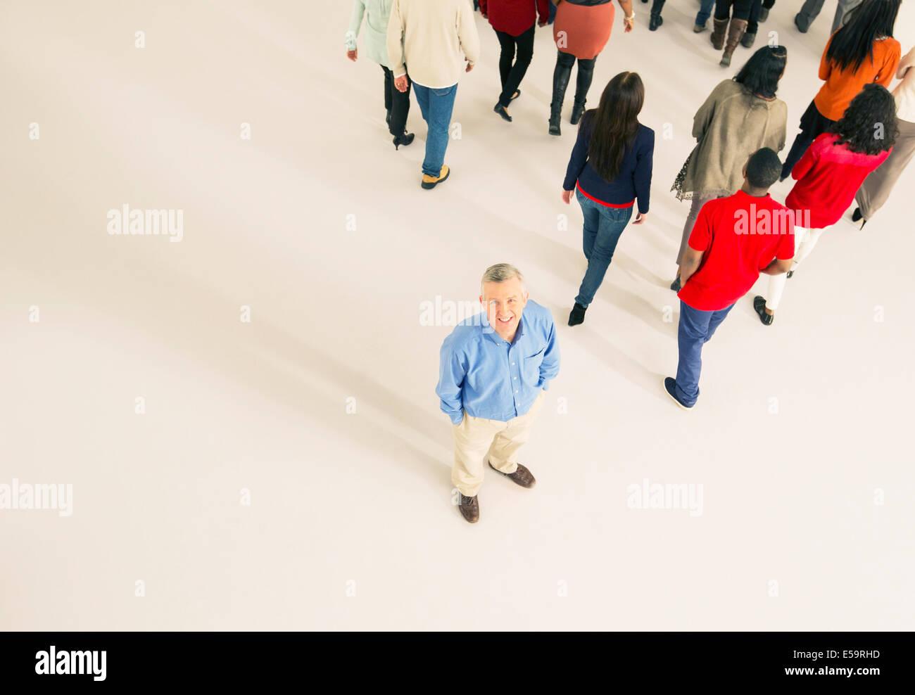 Menge zu Fuß entfernt von Mann Stockbild