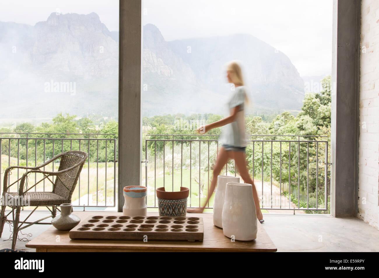 Verschwommene Sicht der Frau zu Fuß auf Terrasse Stockbild