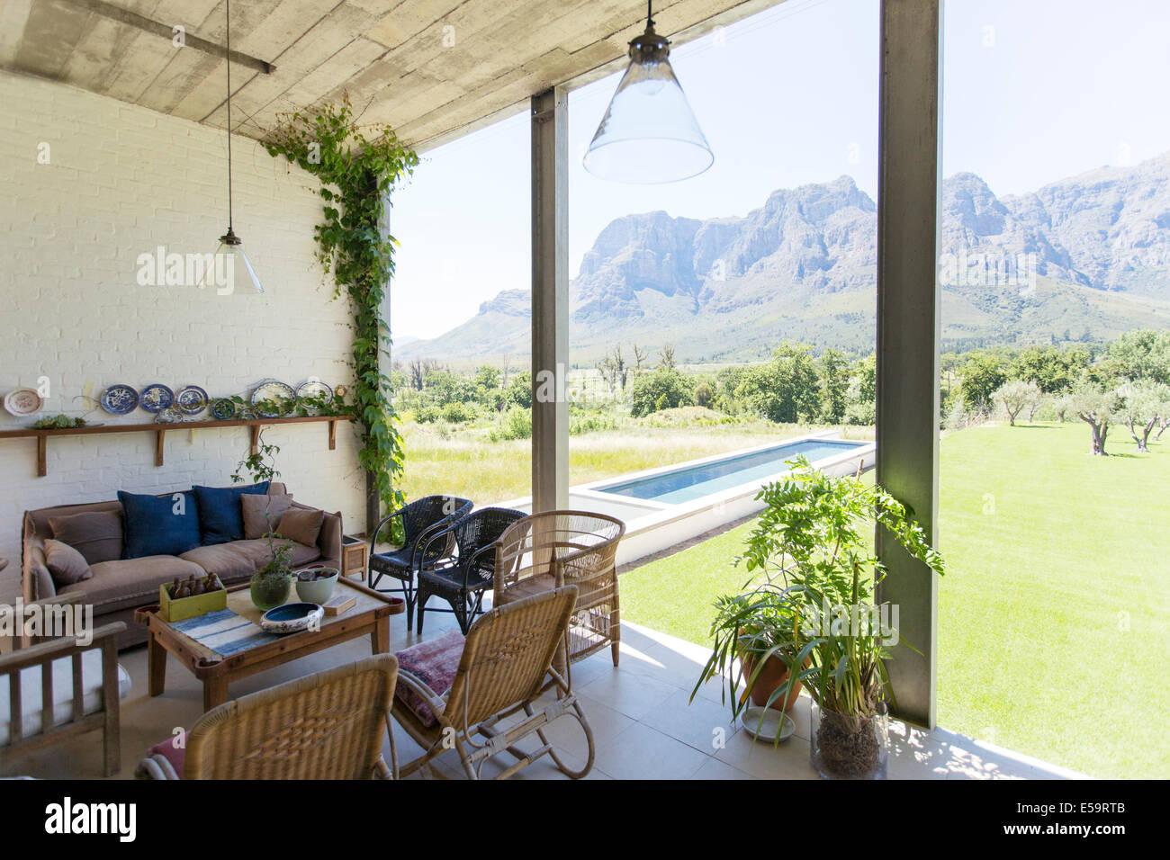 Wohnzimmer mit Blick auf Garten und Landschaft Stockbild