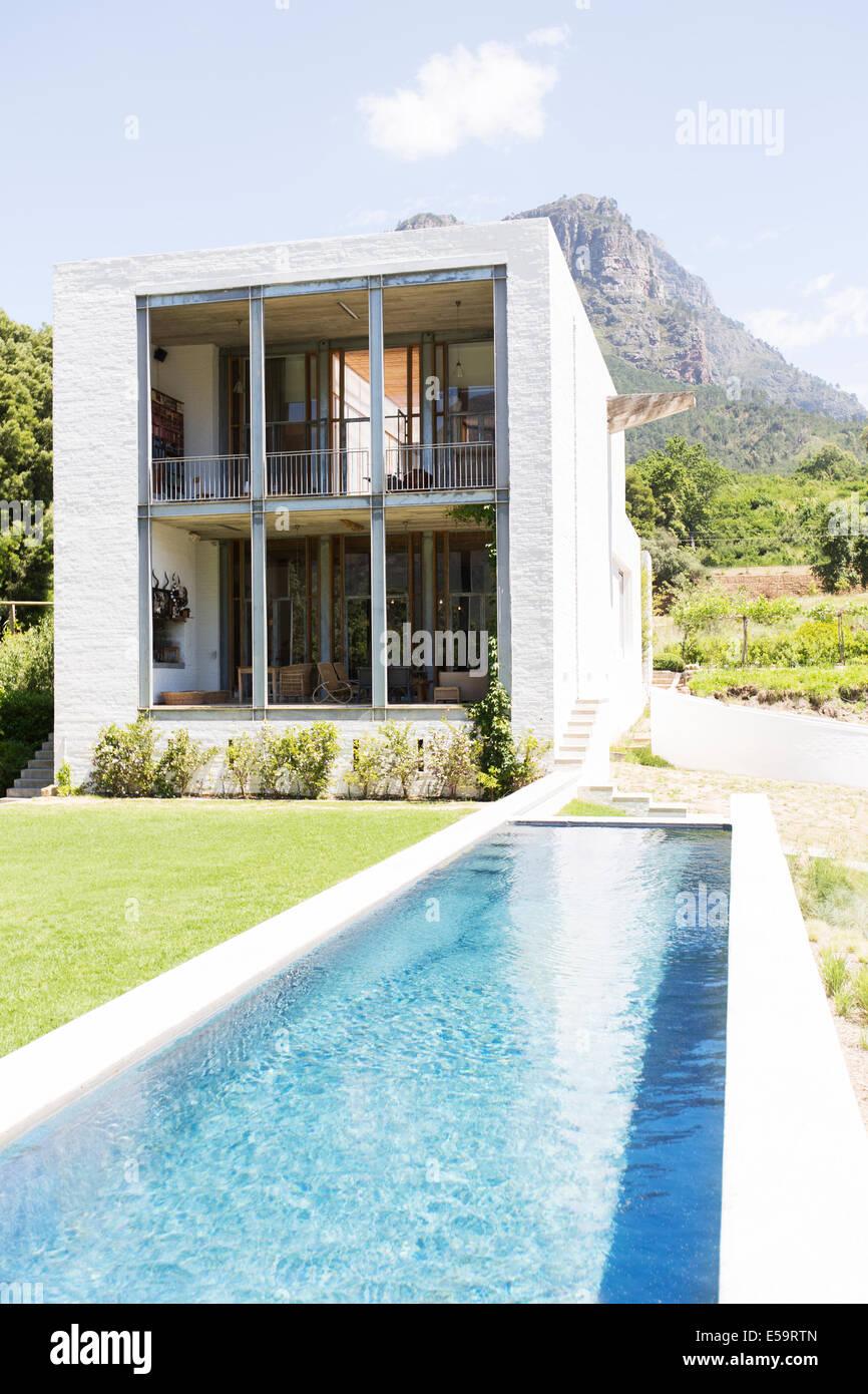 Modernes Haus mit Pool in ländlichen Landschaft Stockbild