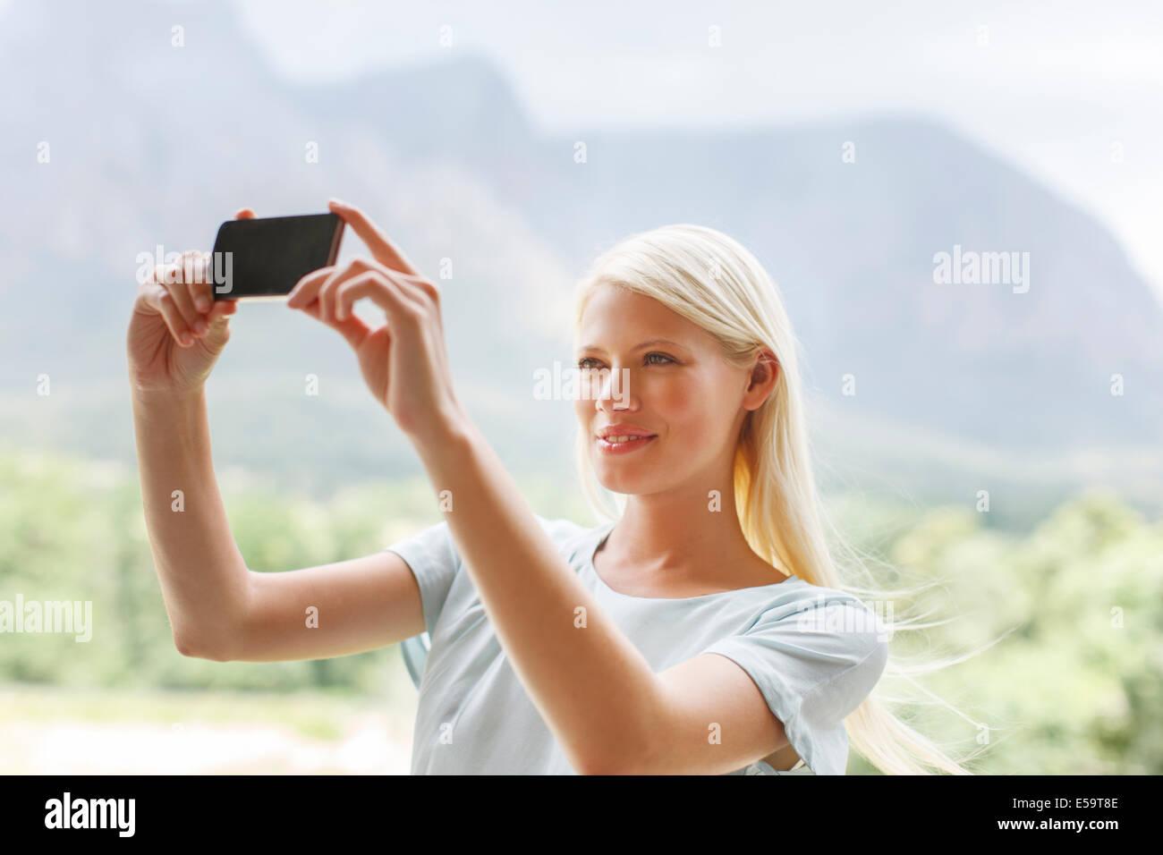 Frau im ländlichen Landschaft zu fotografieren Stockbild