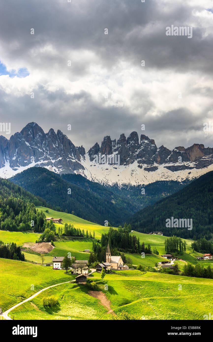 Die Geisler Berggipfel und die Kirche von St. Magdalena sind die Symbole des Val di Funes Stockbild