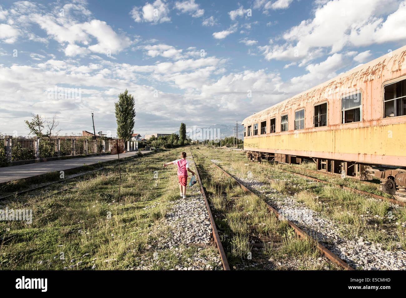 Zug von Tirana nach Shkoder, eines der wenigen Zugverbindungen im Land, Albanien Stockbild