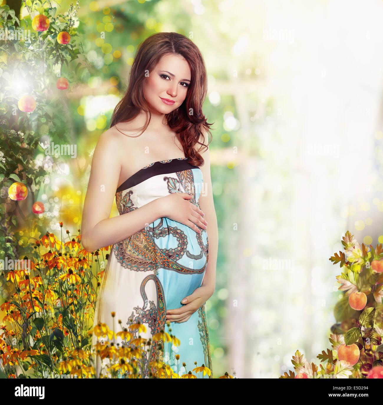 Mutterschaft. Schwanger lächelnde Frau in der Natur erwartet Baby Stockbild