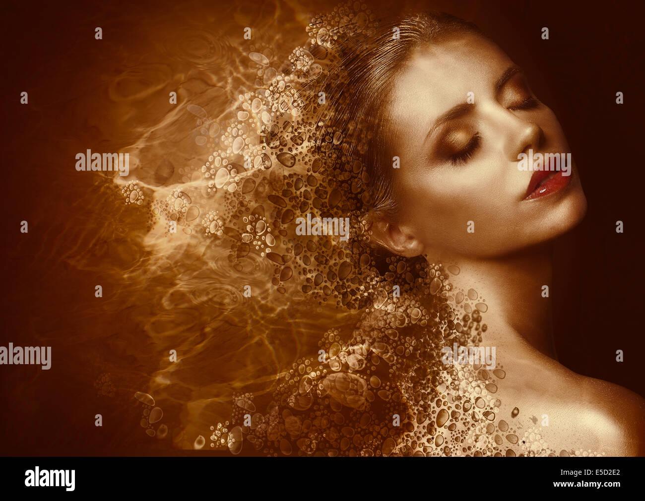 Goldene Splatter. Futuristische Frau mit gebräunten bemalte Haut. Fantasie Stockbild