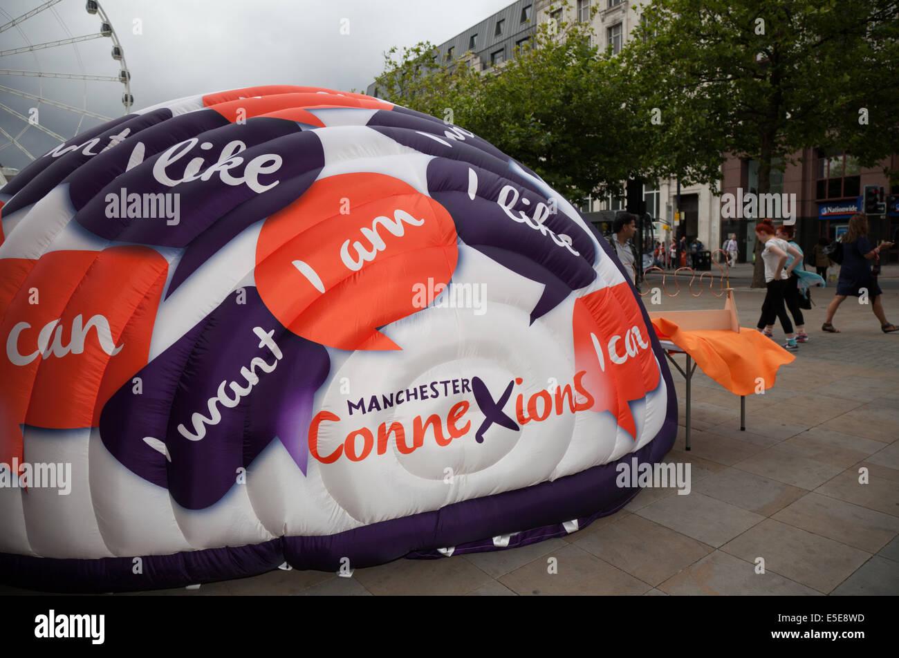 Connexions Marken-Logo marketing-Kampagne mit gewölbten Hüpfburg in Manchester City Centre. Stockbild