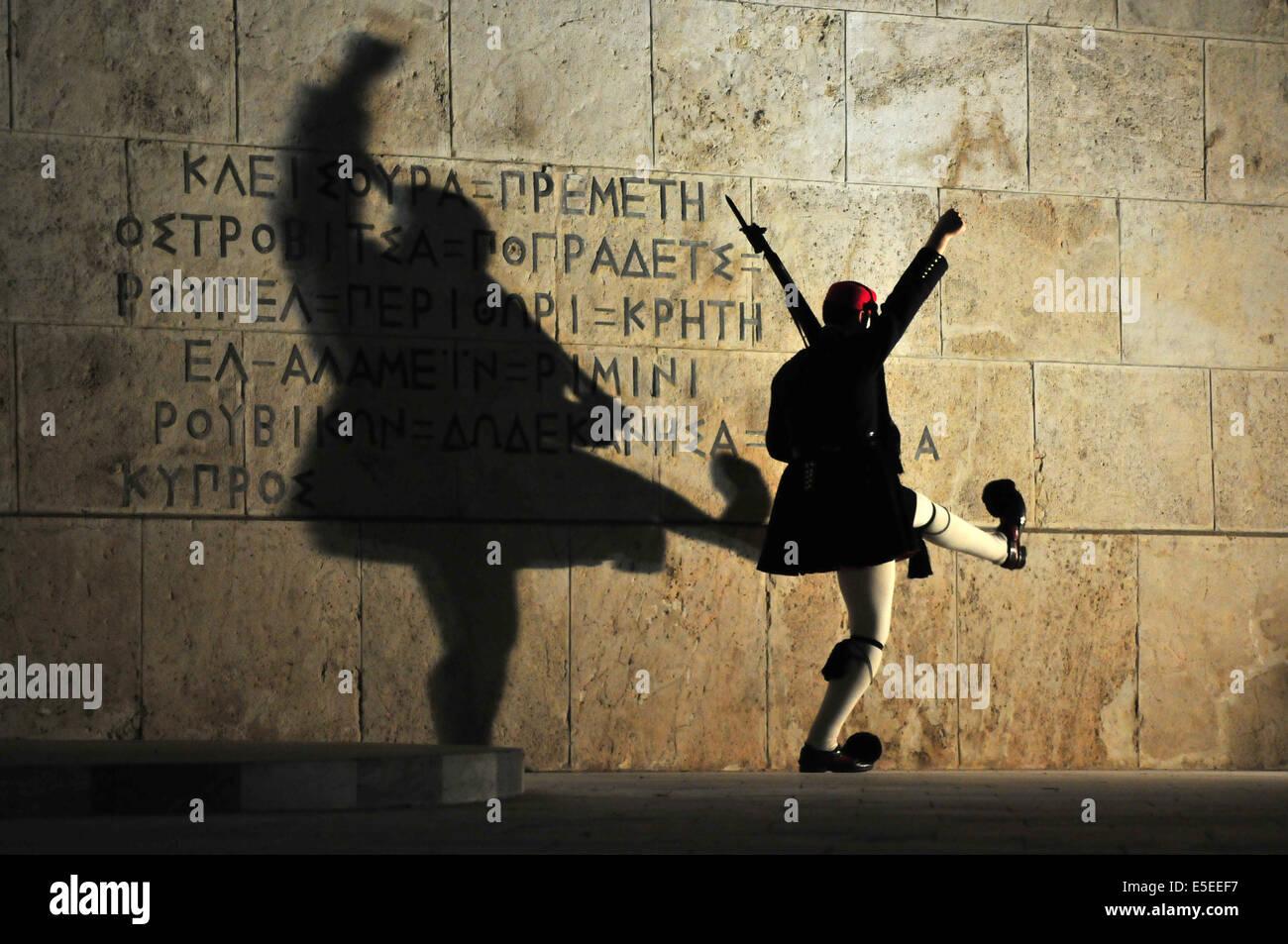 """Ein """"Evzones Soldat in traditioneller Uniform führt eine aufwendige martial marschierende Routine bei den Sonntagabend Stockfoto"""
