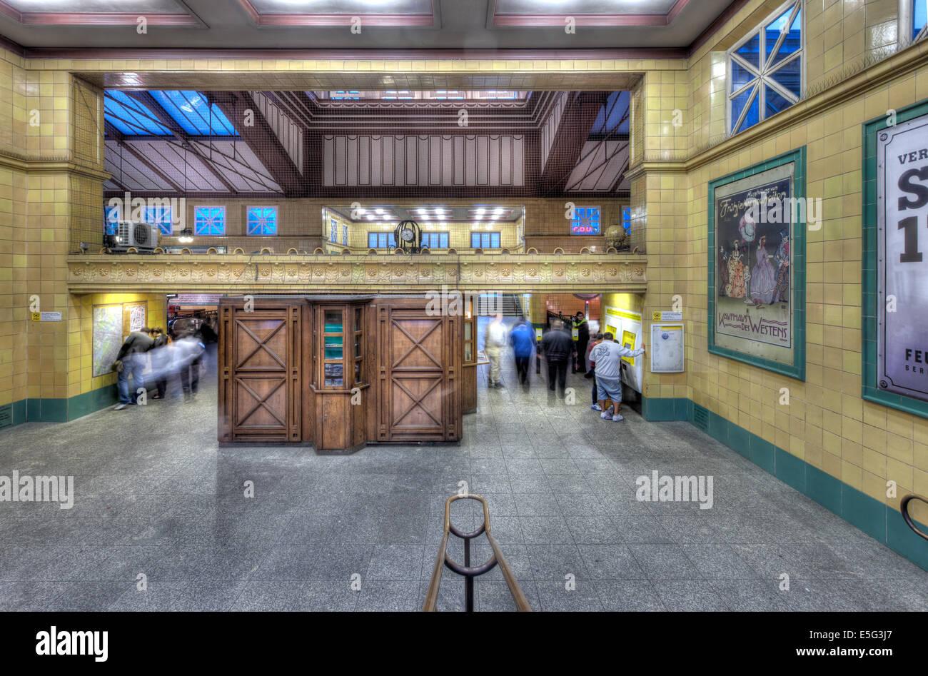 Im Inneren der erstaunlich, historische Wittenbergplatz U-Bahn in West-Berlin. Stockbild