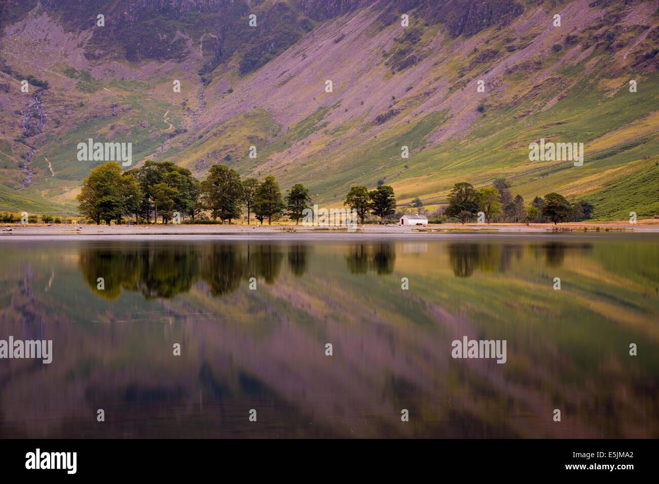 Vor der Morgendämmerung Reflexionen über Buttermere-See, Cumbria, Lake District, England Stockbild