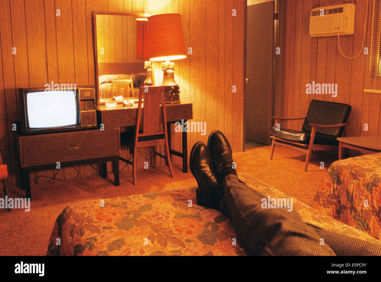 Person vor dem Fernseher in billige Motelzimmer Stockbild