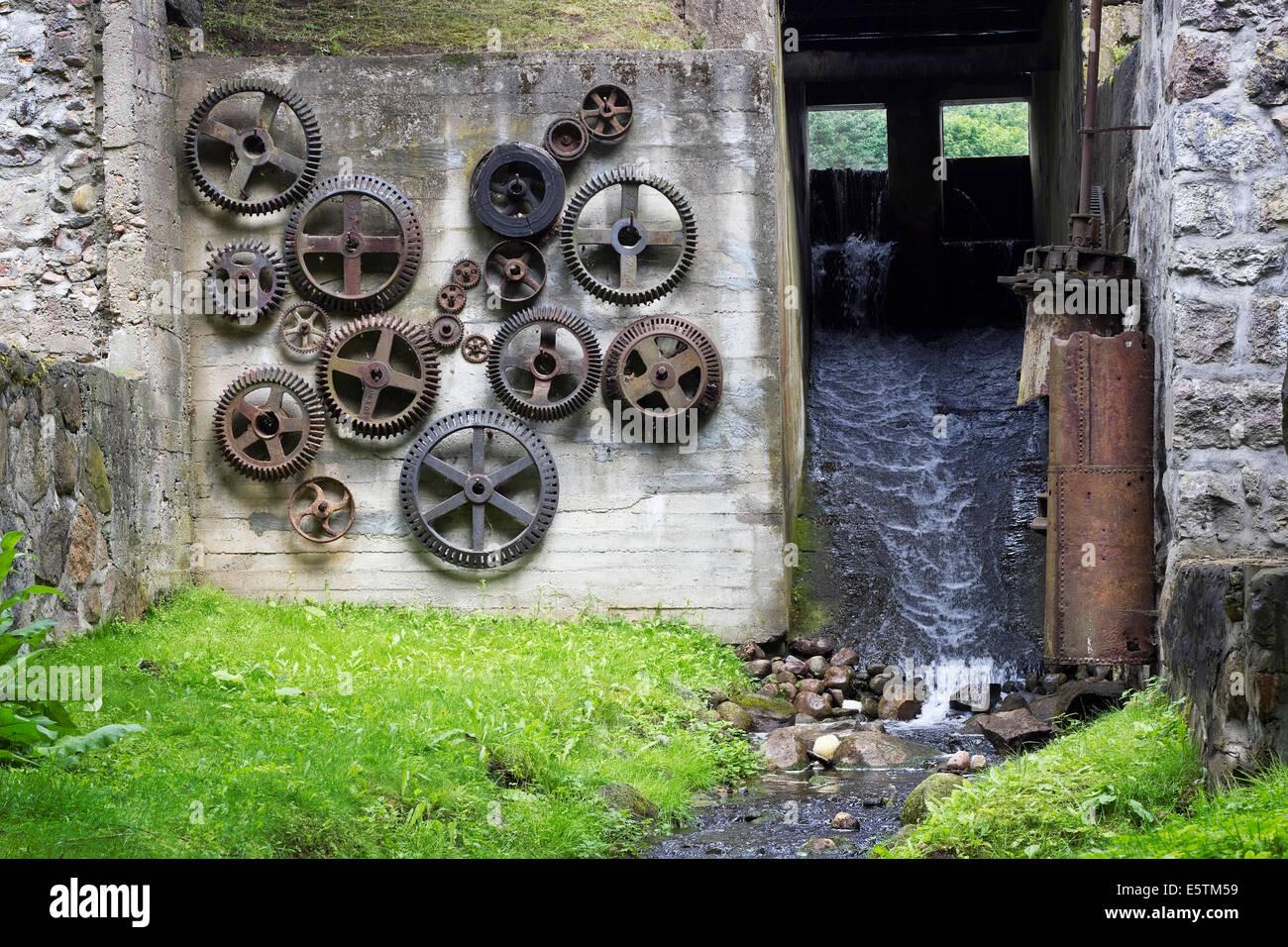 Geheimnisvolle geworfen Bunker eines Ausfallzeiten-Konzepts. Konkreten Tunnel mit Wasserfall und ein Retro-rostigen Stockbild