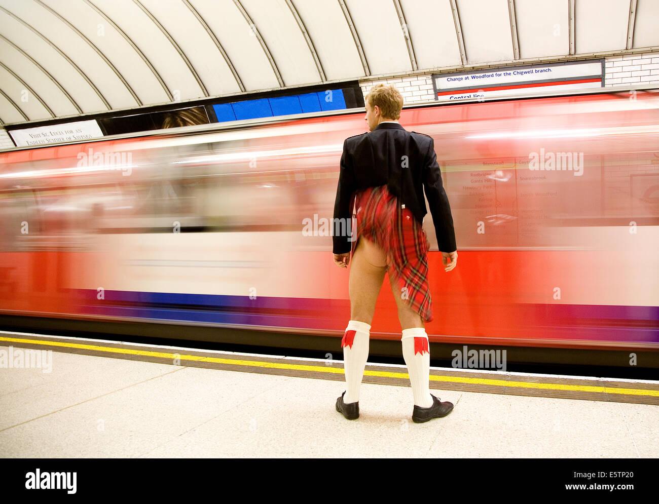Kilt in den Wind bläst wie Rohr Zug in den Bahnhof enthüllt einen nackten Hintern kommt Stockbild