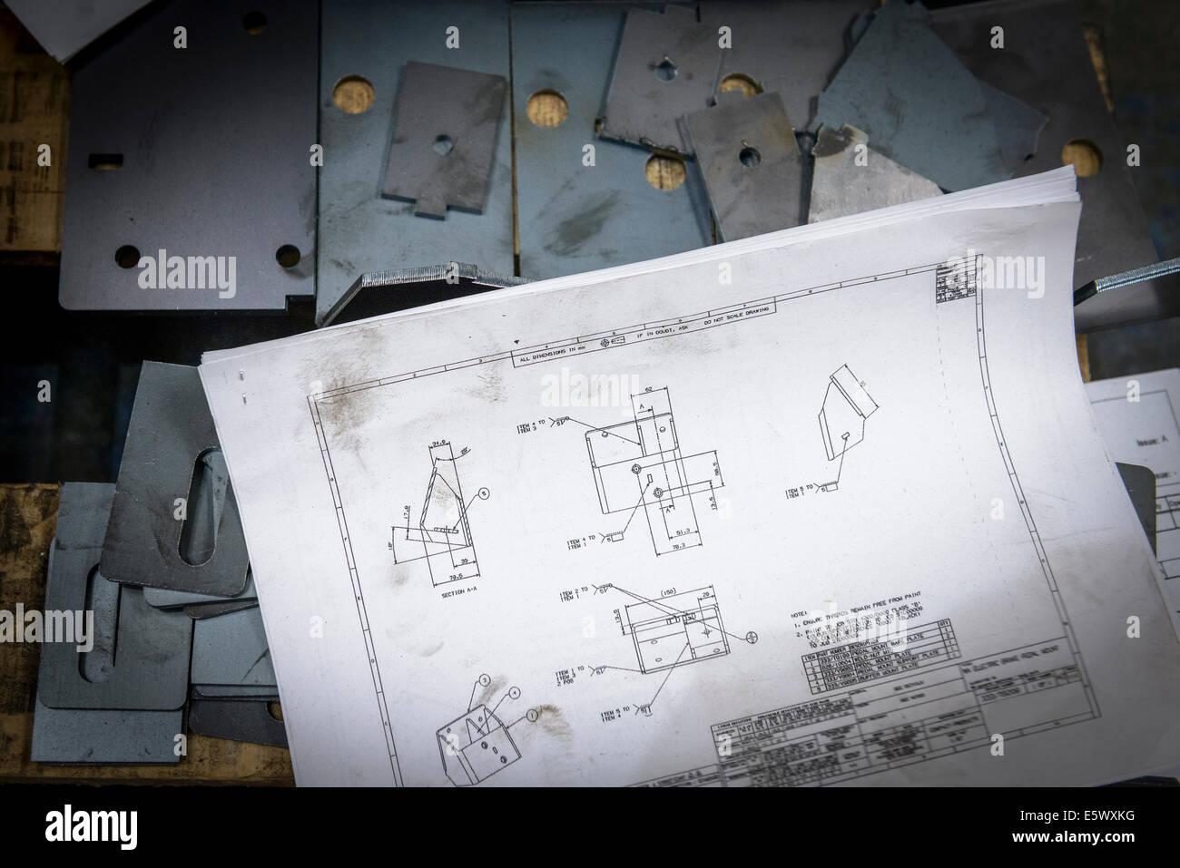Technik-Zeichnungen und Teile in Blech-Fabrik Stockbild