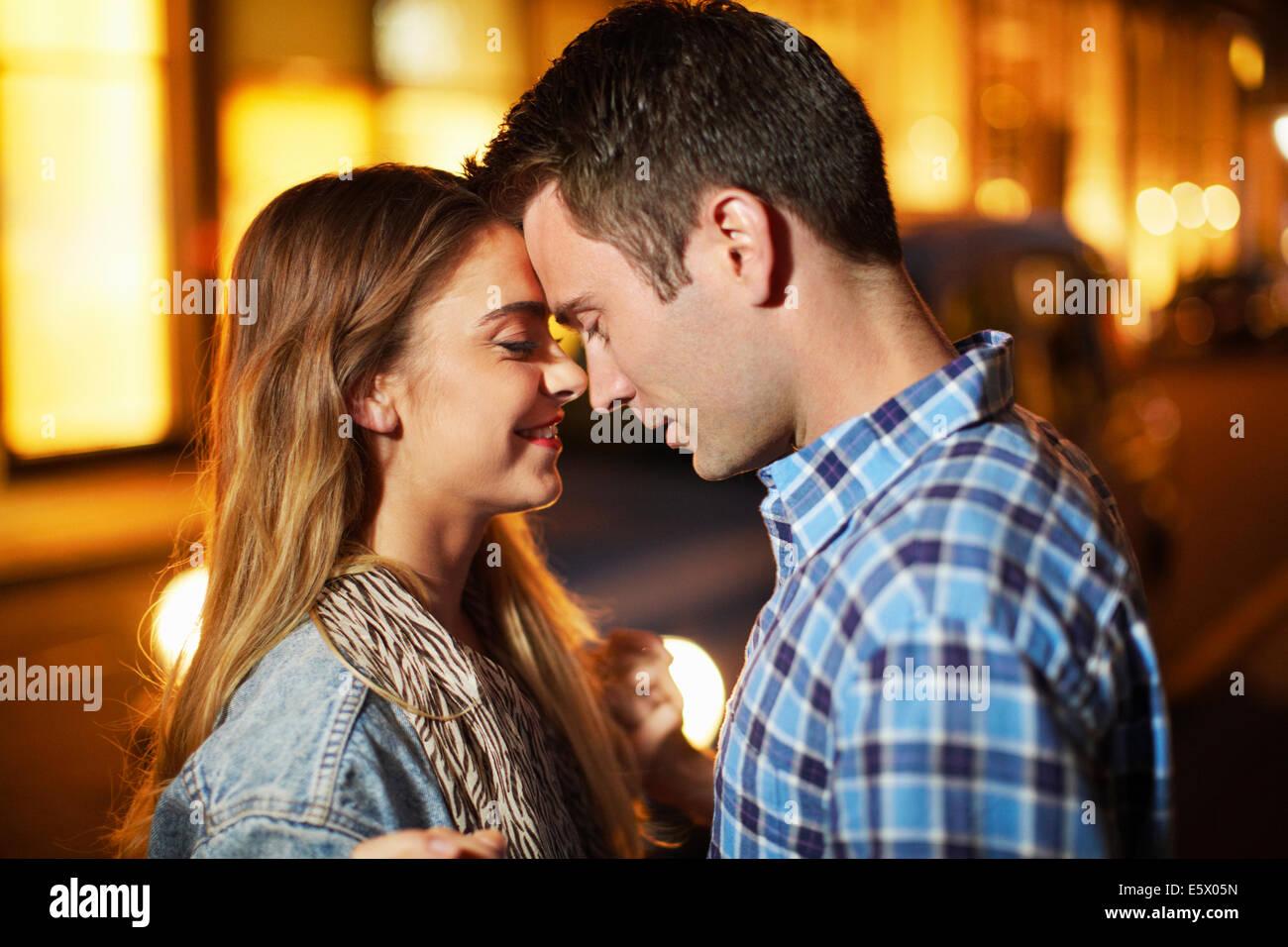 Romantisch zu zweit von Angesicht zu Angesicht Stadtstraße in der Nacht Stockbild