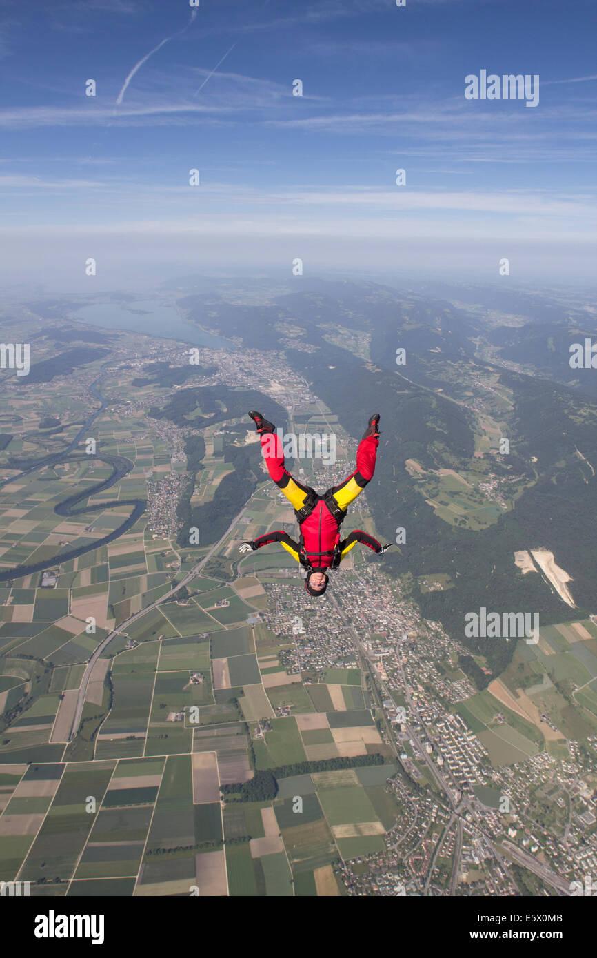 Weibliche Fallschirmspringer freien Fall kopfüber über Grenchen, Bern, Schweiz Stockbild