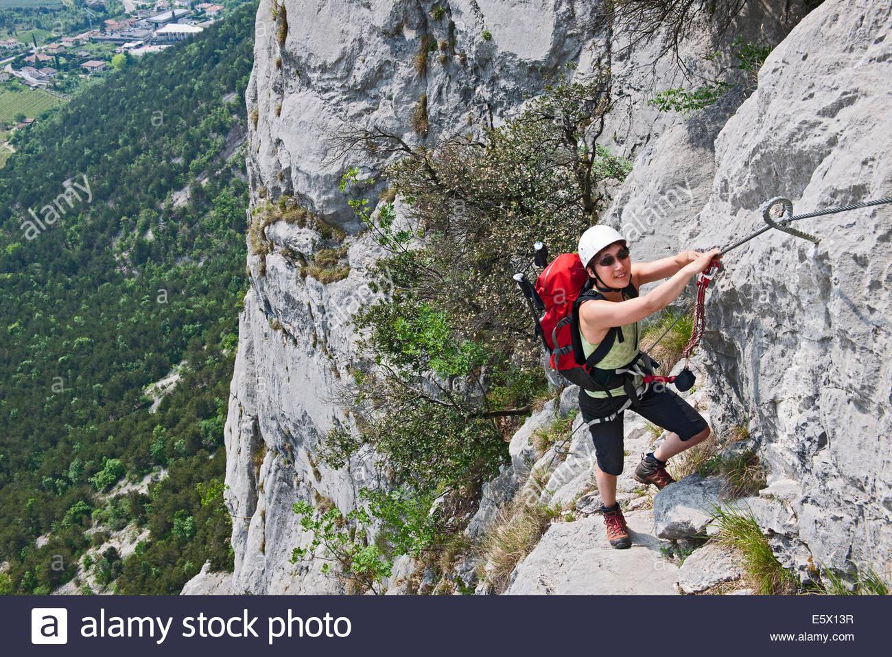 Weibliche Bergsteiger auf die via Ferrata Che Guevara mit festen Kabel, Monte Casale, Trentino, Italien Stockbild