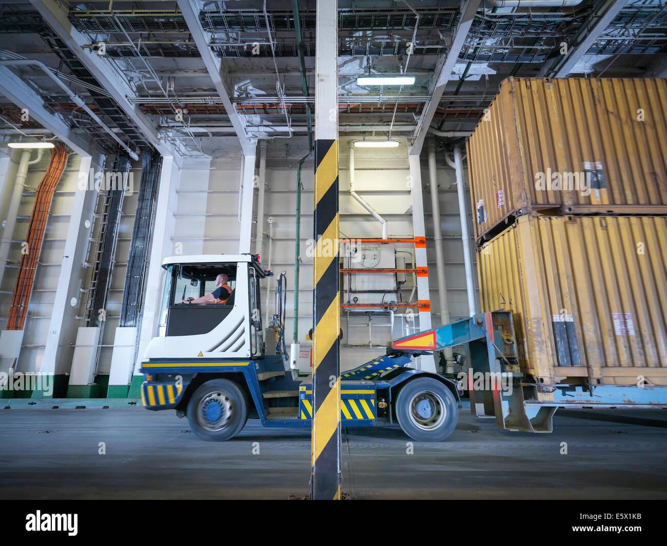 Container-Truck in Schiffsluke Stockbild
