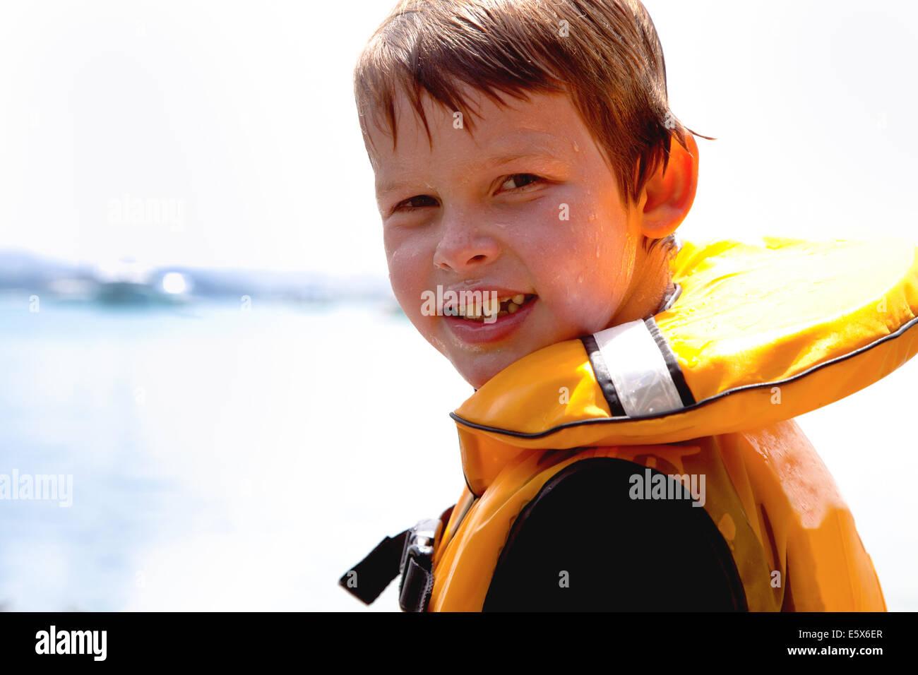 Porträt eines lächelnden jungen in Rettungsweste hautnah Stockbild