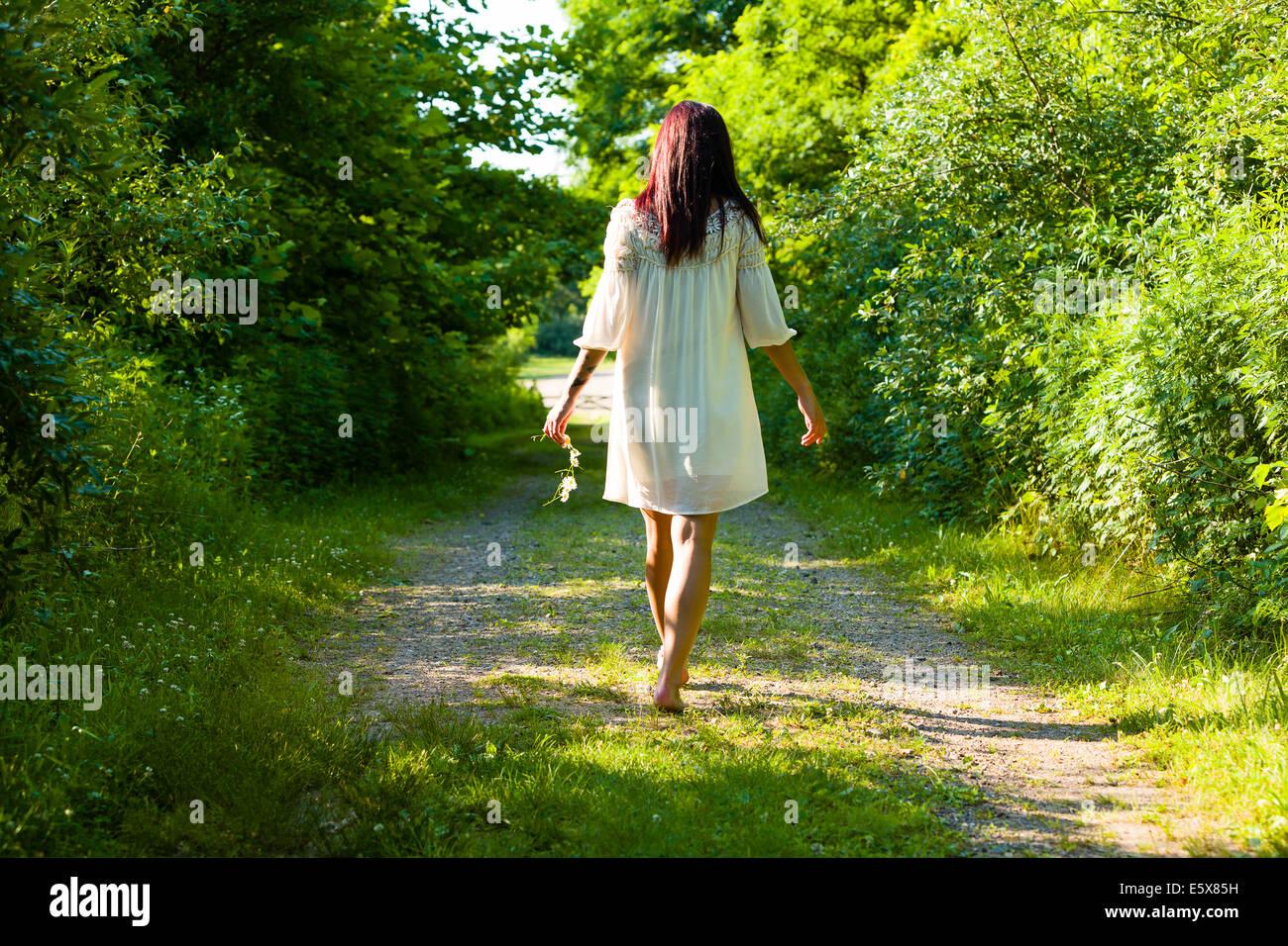 Rückansicht des jungen Frau barfuß spazieren ländliche Track, Delaware Canal State Park, New Hope, Stockbild