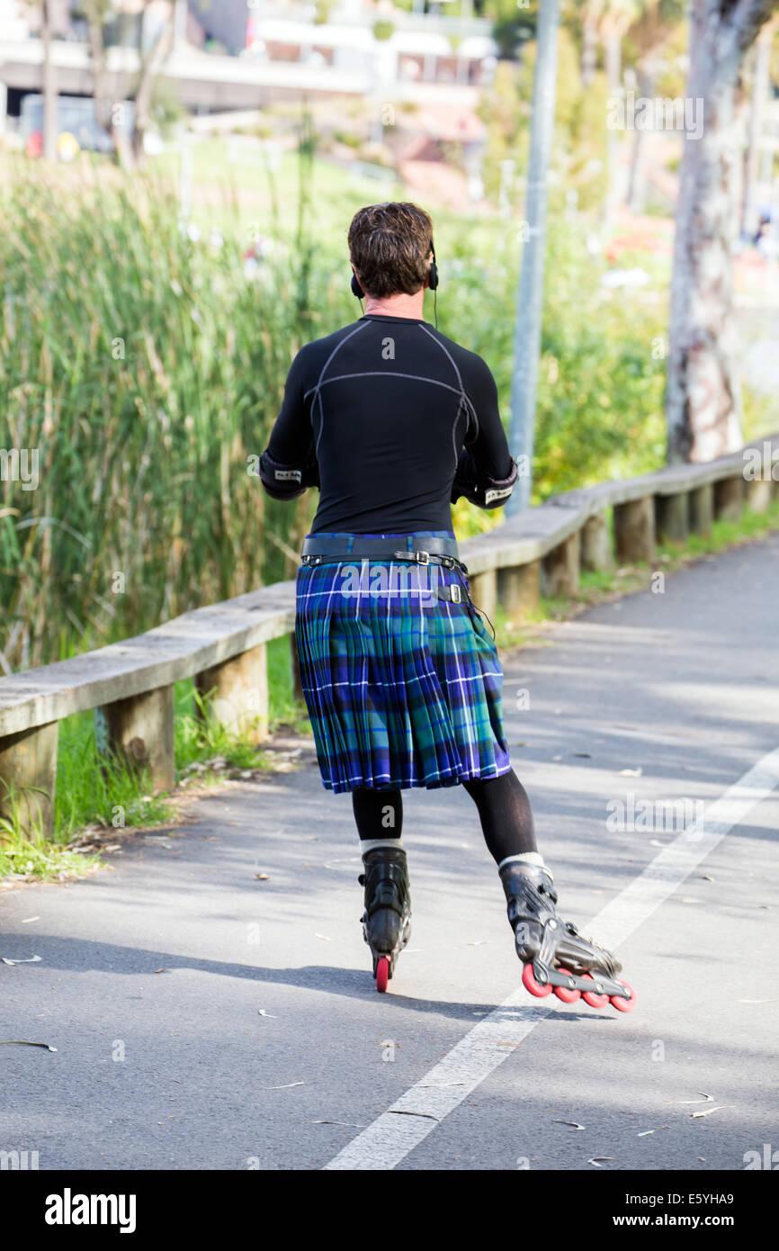 Mann im Kilt Rollerblading in Adelaide Australien Stockbild