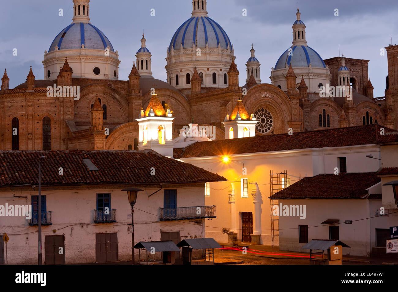 Kathedrale der Unbefleckten Empfängnis Mariens, erbaut 1885, in der Abenddämmerung, Cuenca, Ecuador Stockbild