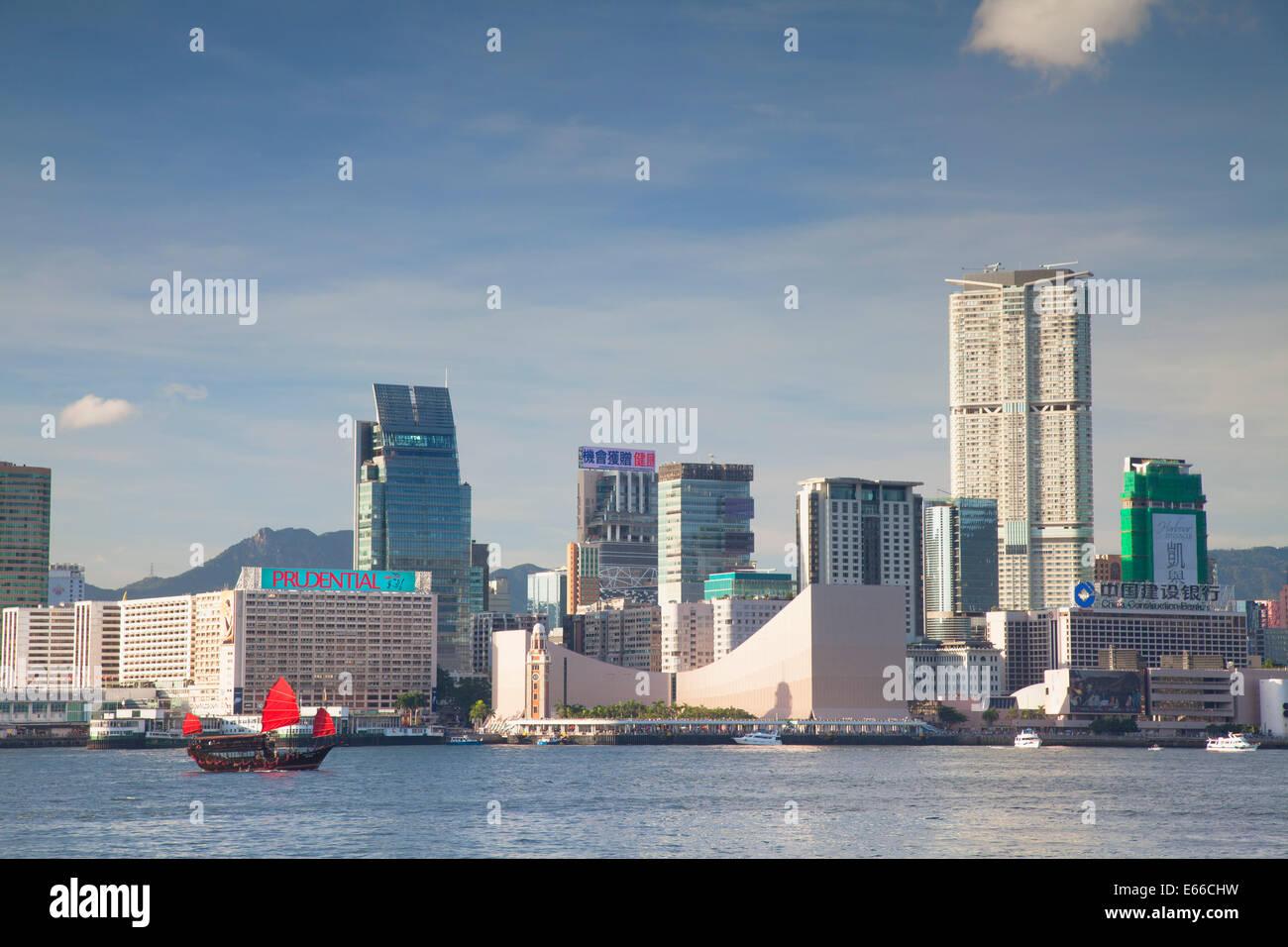 Dschunke vorbei Tsim Sha Tsui Skyline, Kowloon, Hongkong Stockbild