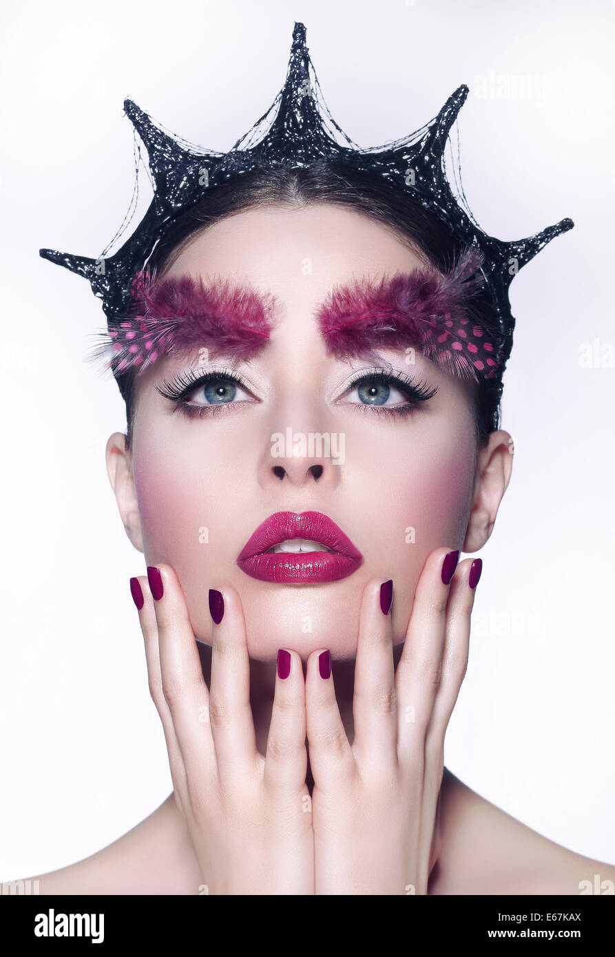 Kreatives Konzept. Frau mit ausgefallenen Kopfbedeckungen und rote Make-up Stockbild