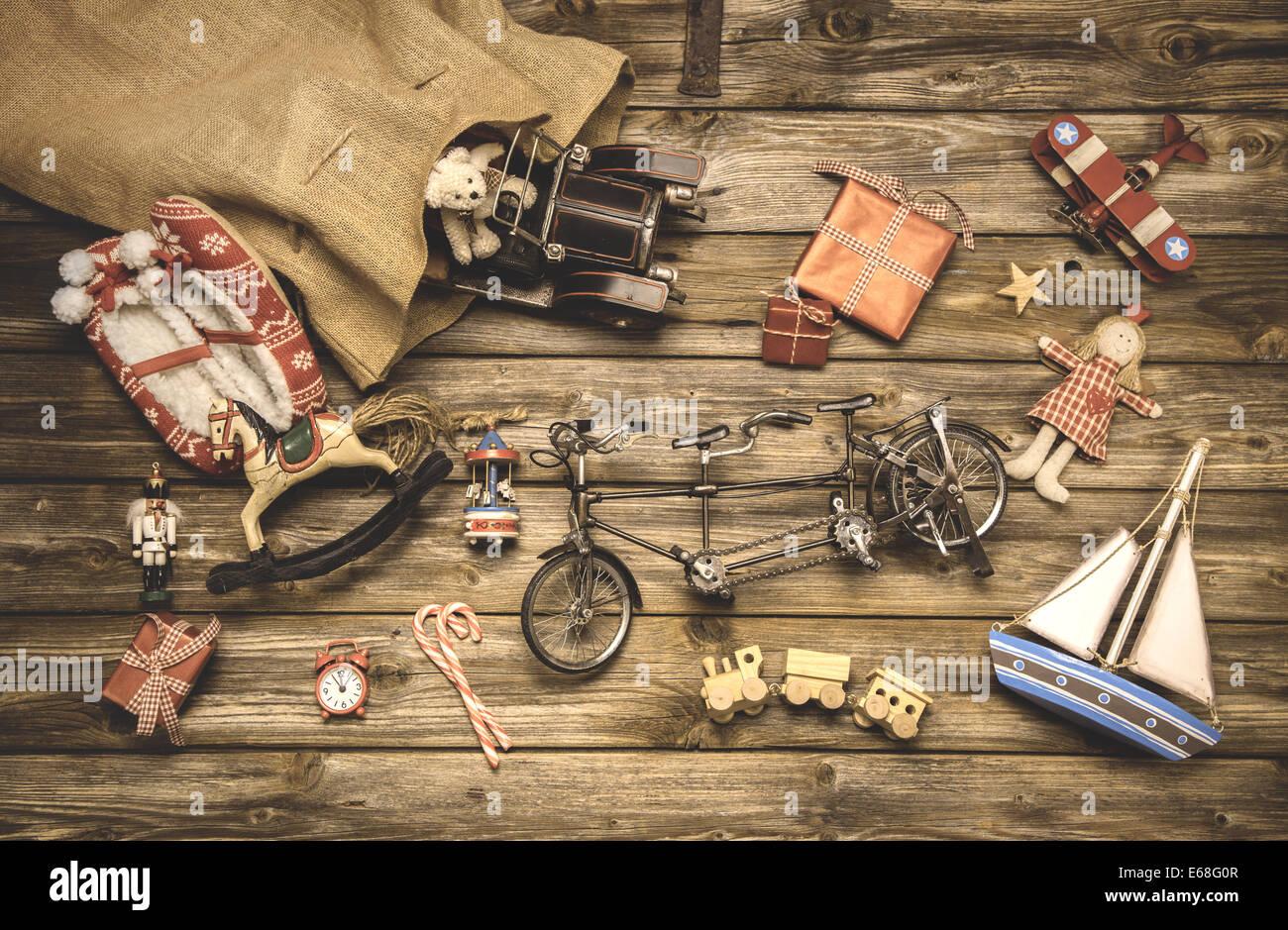 Vintage Weihnachtsdekoration: alte nostalgische Kinderspielzeug auf hölzernen rustikalen Hintergrund. Stockbild