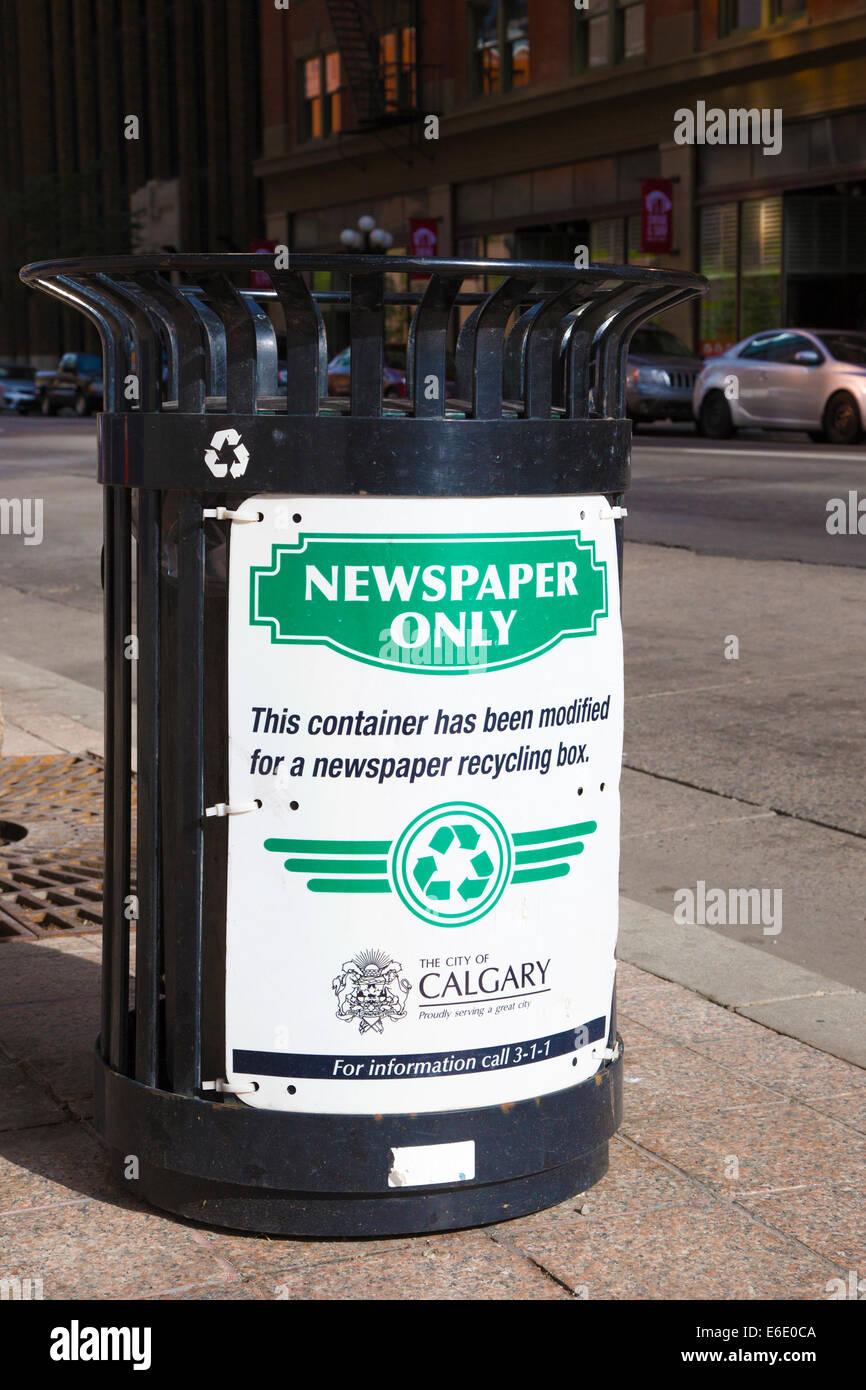 Bin für Zeitung recycling auf Straße der Innenstadt geändert Stockbild