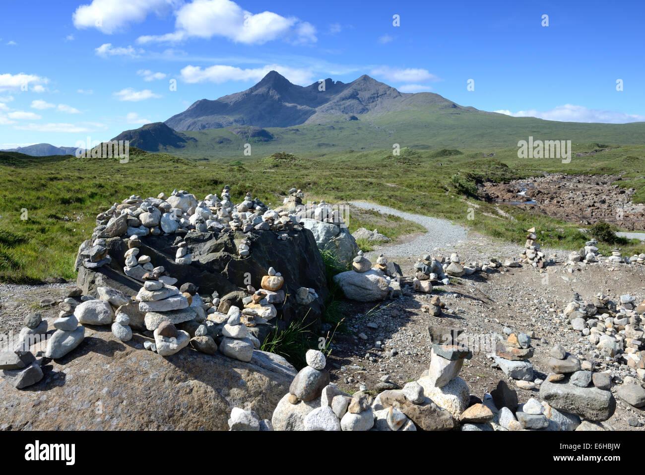 Steinen gelegt auf Felsen am Sligachan Sicht und zeigt den Black Cuillin Grat auf Skye, Schottland Stockbild