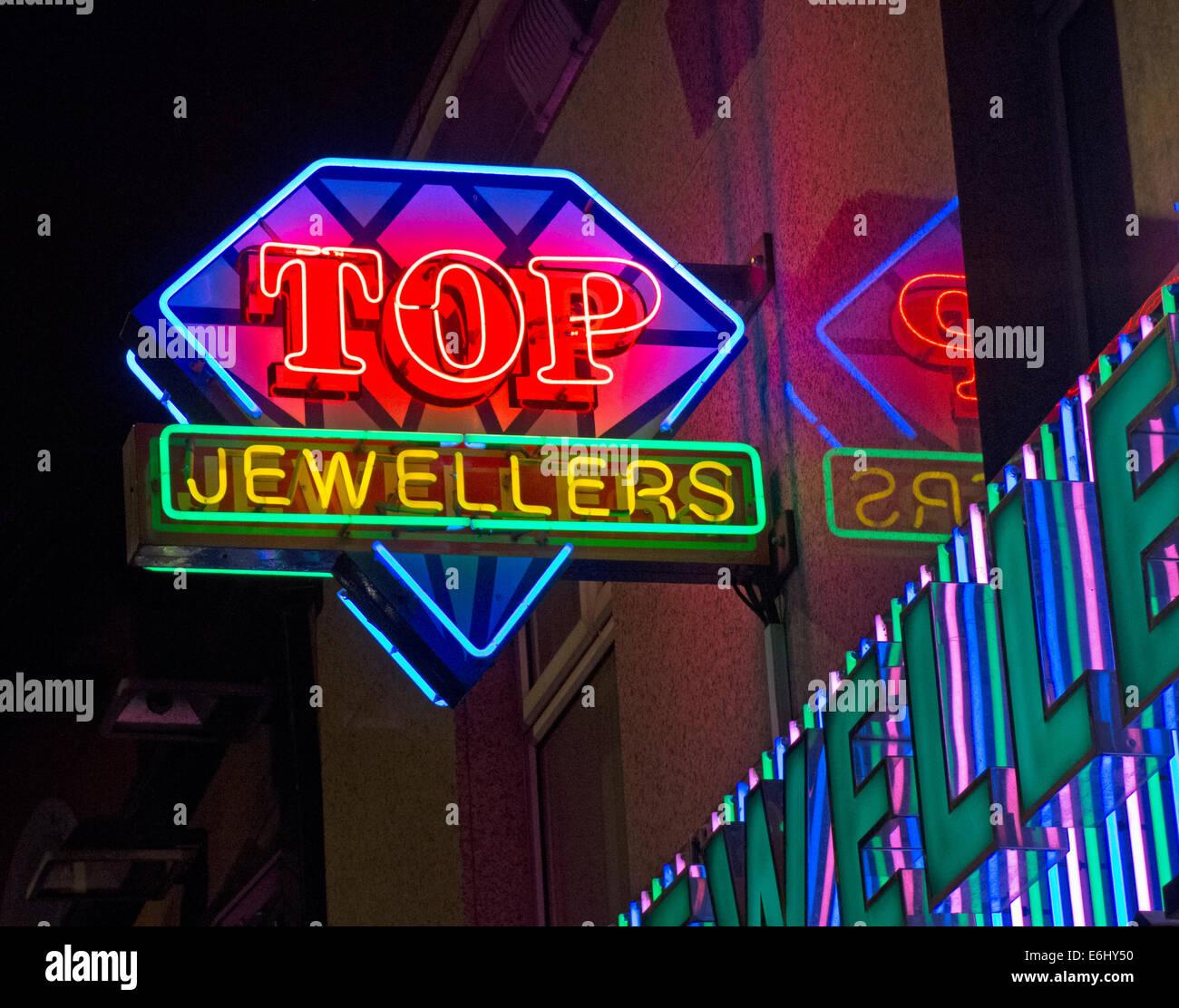 Laden Sie dieses Alamy Stockfoto Top indische Juweliere auf der Rusholme Curry Mile, Manchester City Centre, England in der Nacht - E6HY50