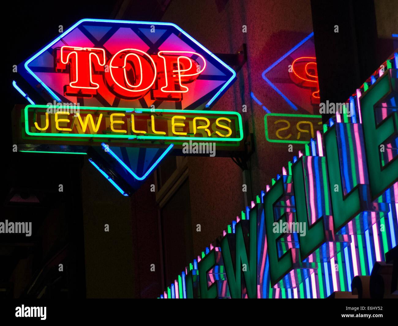 Laden Sie dieses Alamy Stockfoto Top indische Juweliere auf der Rusholme Curry Mile, Manchester City Centre, England in der Nacht - E6HY52