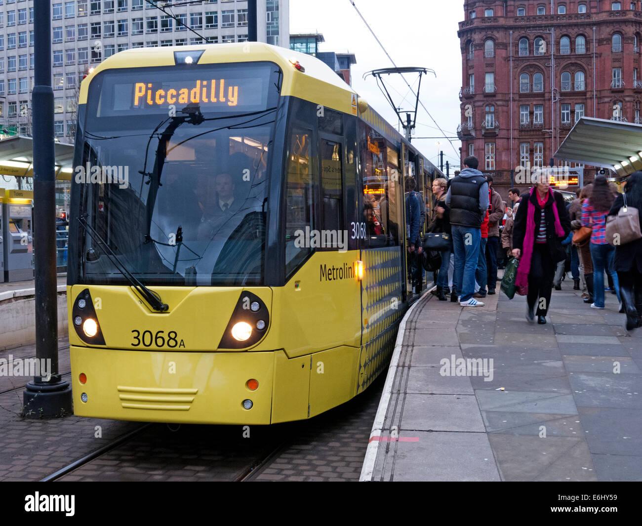 Laden Sie dieses Alamy Stockfoto Gelbe Manchester Straßenbahnen in der Abenddämmerung, England, UK - E6HY59