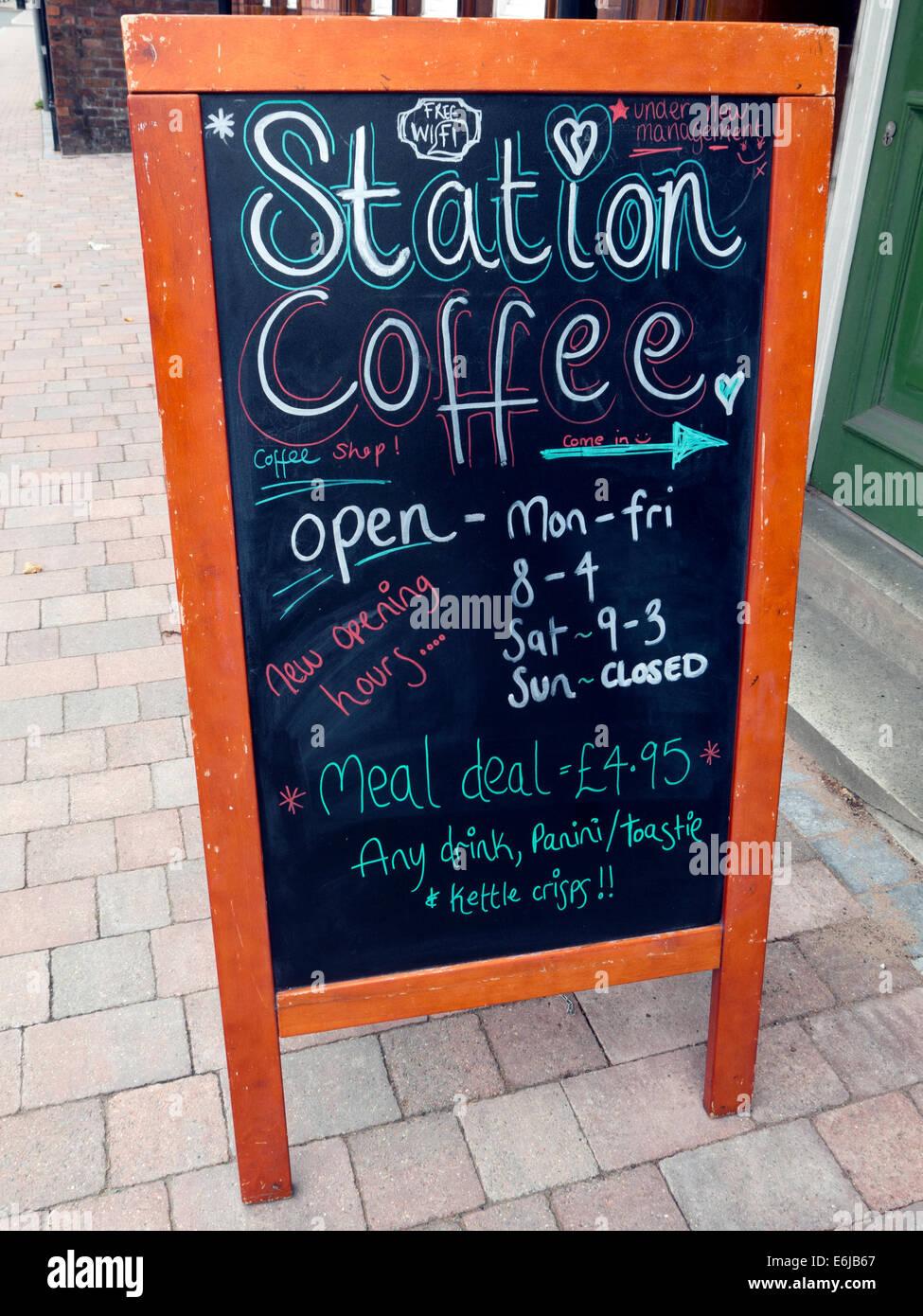 Laden Sie dieses Alamy Stockfoto Kaffee, unabhängige Café, Widerstand gegen Costa und Starbucks, außen Blackboard-Station - E6JB67